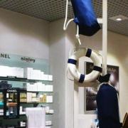 kola-ratunkowe-na-wystawie-sklepowej-w-galerii-handlowej.jpg
