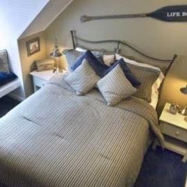sypialnia-w-morskim-stylu-wiosla-na-scianie